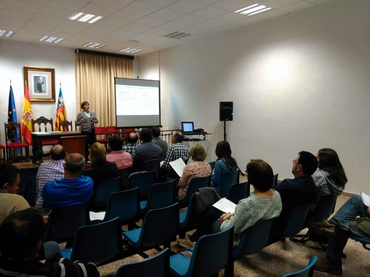 Lola Vivó del Servei d'Estratègia Territorial Rural explicó a los asistentes el funcionamiento de las ayudas Leader para el presente periodo.